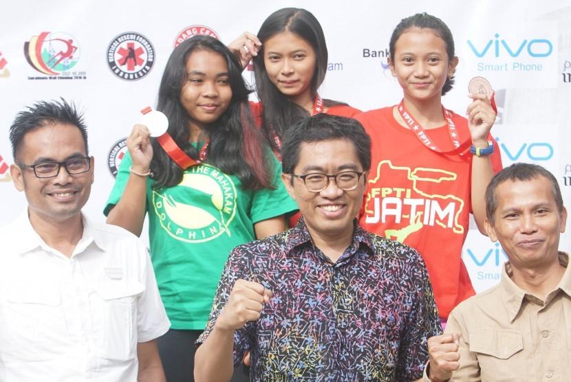 Kharisma Ragil Rakasiwi (tengah atas) berpose bersama Ketua Umum PP FPTI Faisol Riza usai menerima medali emas nomor  Lead Youth A Putri.