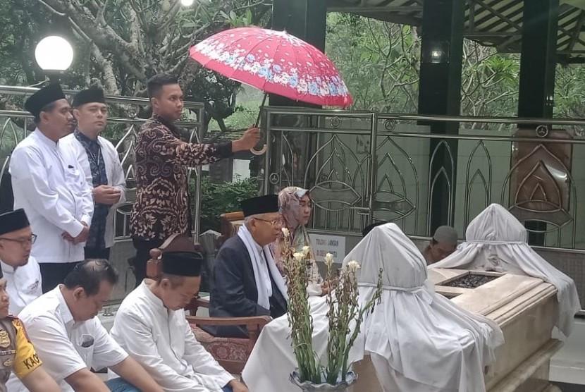Kiai Ma'ruf saat menziarahi salah satu leluhurnya di Jombang, Jawa Timur, Senin (18/3).