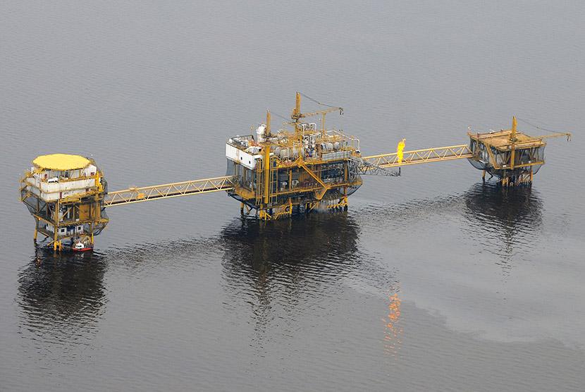 Kilang minyak lepas pantai.   (ilustrasi)