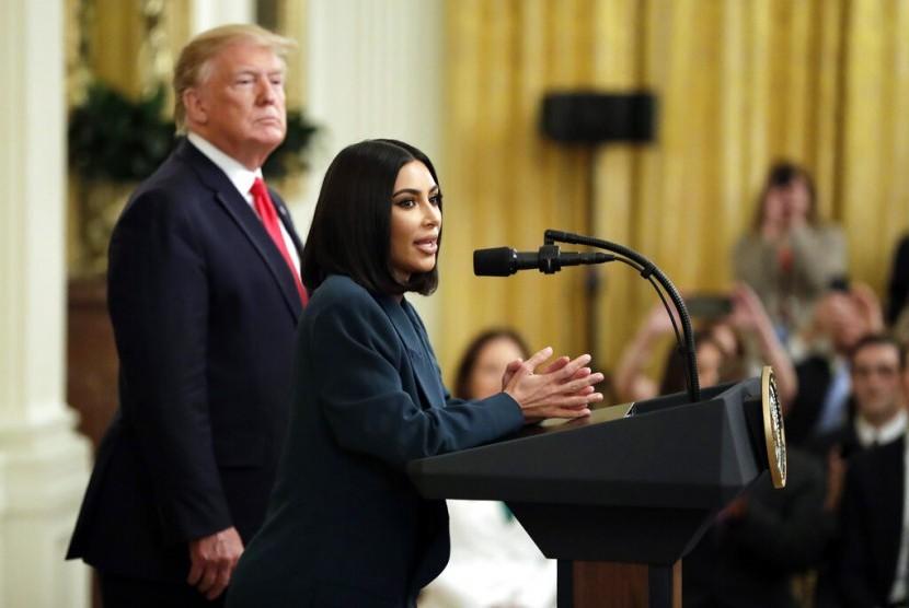 Kim Kardashian berbicara kepada media usai bertemu Presiden Donald Trump di Gedung Putih. Kim mengajukan usulan terkait program yang membantu kehidupan mantan napi di AS.
