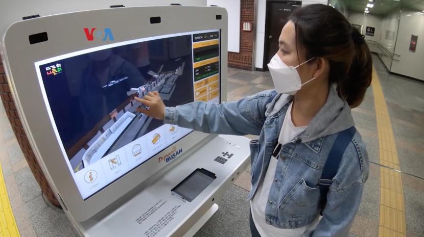 Kios informasi digital di stasiun kereta Busan, Korea Selatan.