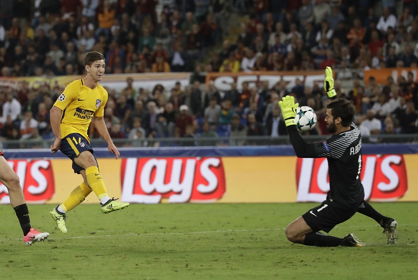 Kiper AS Roma Alisson (kanan) menahan tendangan pemain Atletico Madrid, Luciano Vietto.