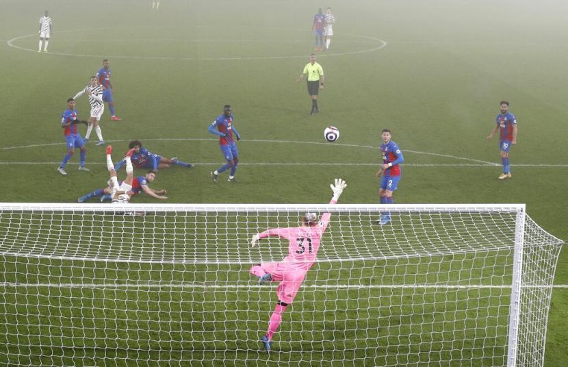 Kiper Crystal Palace Vicente Guaita menyelamatkan percobaan Manchester United (MU). Palace menahan imbang MU 0-0 dalam lanjutan Liga Primer Inggris.