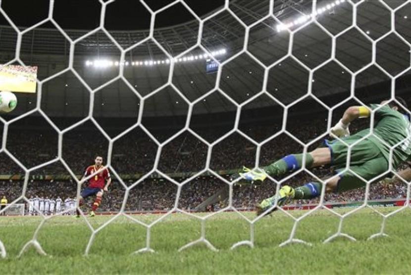 Kiper Italia GIanluigi Buffon (Italia) gagal memblok tendangan penalti gelandang Spanyol Xavi Hernandez pada laga semifinal Piala Konfederasi.