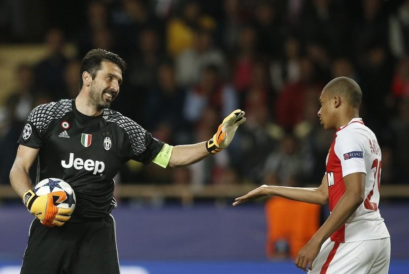 Kiper Juventus, Gianluigi Buffon dan striker AS Monaco, Kylian Mbappe pada laga Liga Champions, di Stade Louis II, Kamis (4/5) dini hari WIB.