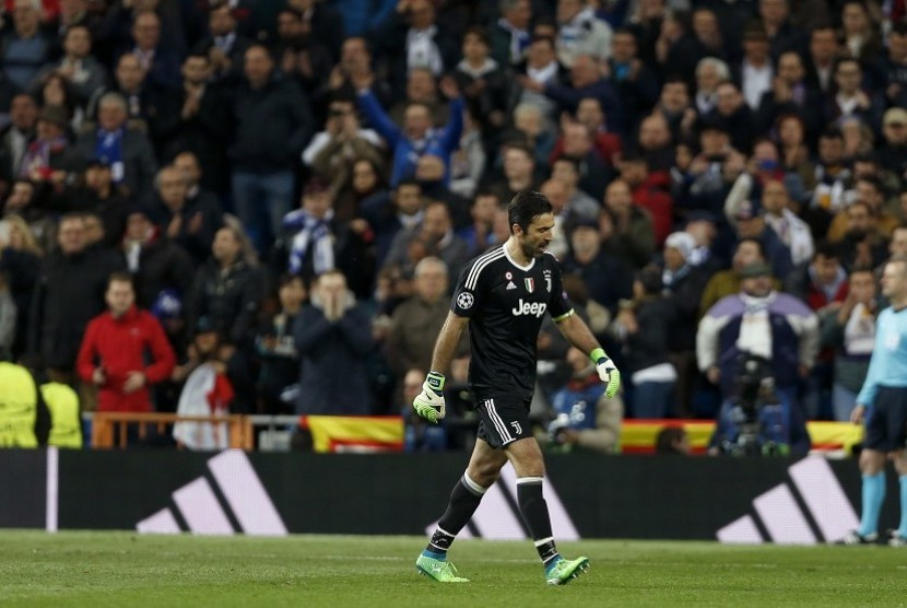 Kiper Juventus Gianluigi Buffon meninggalkan pertandingan setelah diganjar kartu merah dalam pertandingan babak perempat final leg kedua Liga Champions menghadapi Real Madrid, Kamis (12/4) dini hari WIB.