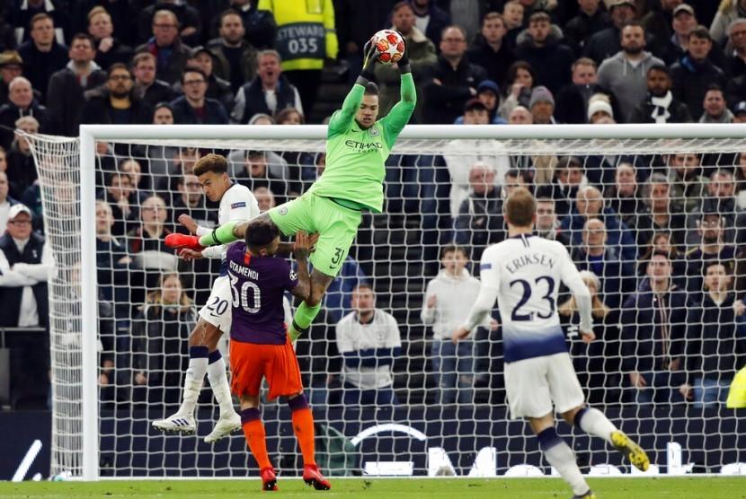 Kiper Manchester City Ederson menangkap bola pada pertandingan leg pertama melawan Tottenham Hotspur, Selasa (9/4) waktu setempat.