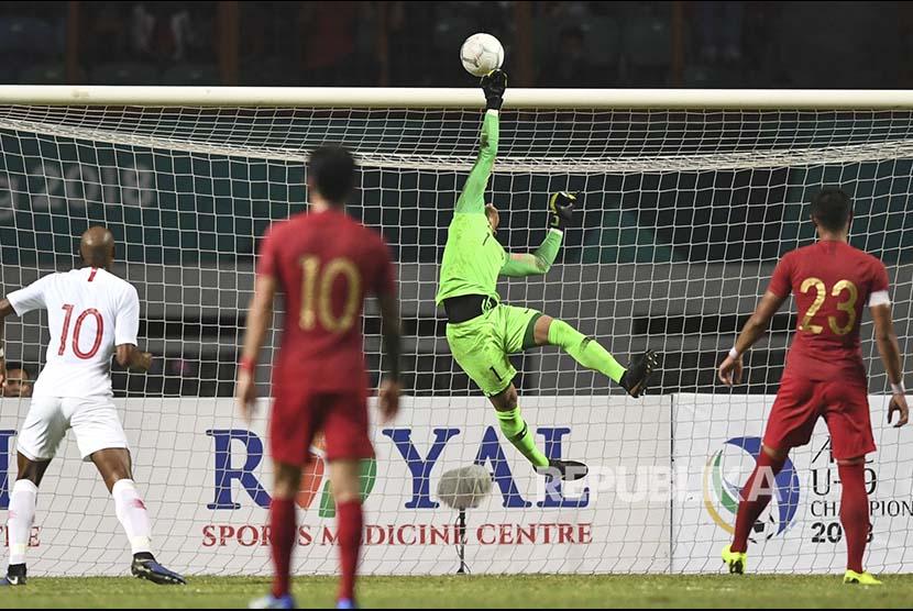 Kiper Timnas Indonesia Muhammad Ridho menepis bola pada laga International Friendly Match di Stadion Wibawa Mukti.