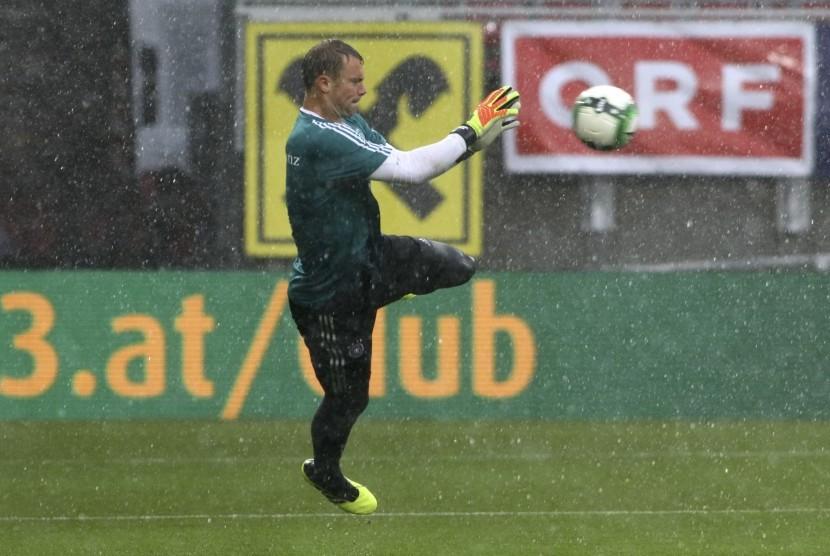 Kiper timnas Jerman, Manuel Neuer, menangkap bol sambil menjatuhkan badan saat sesi pemanasan jelang laga internasional lawan Austria di Klagenfurt, Austria, Sabtu (2/6).