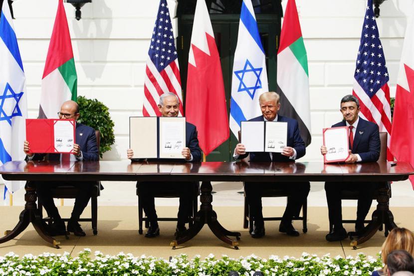 Penandatanganan kesepakatan normalisasi hubungan Israel. Kesepakatan normalisasi bersejarah itu dikenal dengan Abraham Accords.