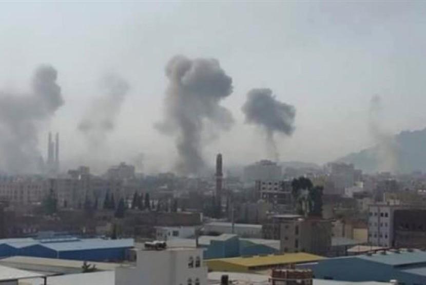 Koalisi Arab Saudi terus menggempur Sanaa, Yaman dari udara menyusul tewasnya puluhan tentara oleh kelompok Houthi, Ahad (6/9).