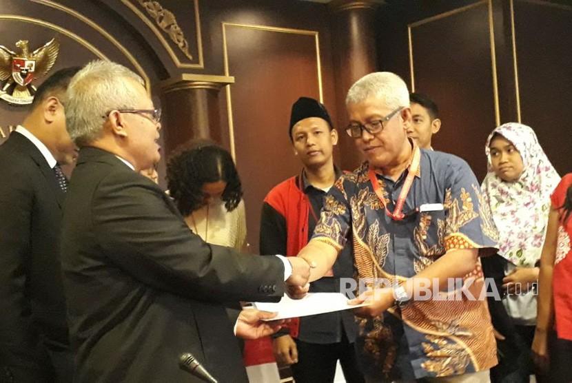 Koalisi Masyarakat Sipil Selamatkan Mahkamah Konstitusi (MK) usai melakukan audiensi dengan MK di Gedung MK, Gambir, Jakarta Pusat, Selasa (6/2).