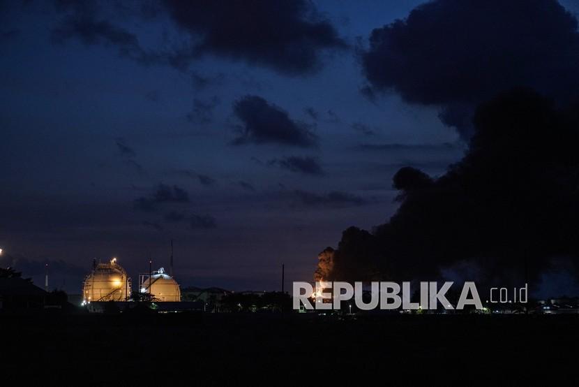 Kobaran api disertai kepulan asap hitam terlihat di Kilang Pertamina RU IV Cilacap, Jateng, Sabtu (12/6/2021). Pertamina telah menurunkan 50 tenaga pemadam untuk menangani kebakaran tersebut dengan menggunakan penyemprotan foam ke arah titik api, dan melokalisir titik api di sekitar tanki yang terbakar sejak Jumat (11/6/2021) malam.