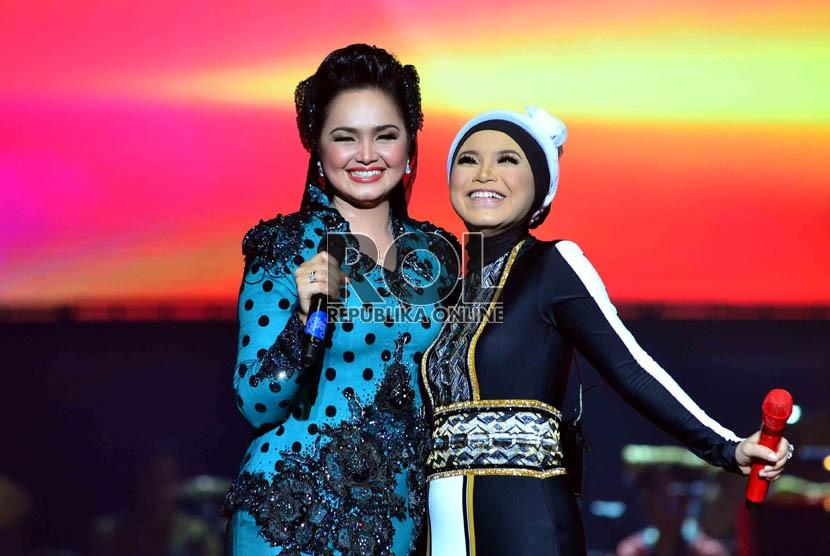 Kolaborasi Rossa dengan penyanyi asal Malaysia Siti Nurhaliza, dalam konser'Ekspresi Karya Gemilang' di Ancol, Jakarta Utara, Senin (10/12). (Republika/Agung Supriyanto)