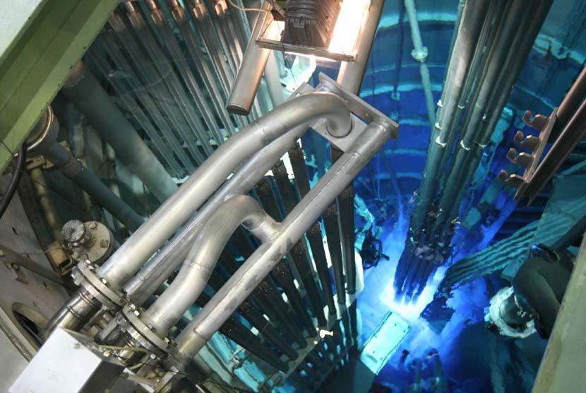 Kolam reaktor riset nuklir di reaktor serba guna G.A. Siwabessy milik Badan Tenaga Atom (BATAN), Puspiptek, Tangerang Selatan, Banten, Selasa (23/4).