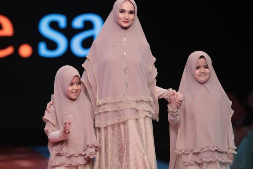 Koleksi terbaru label busana Muslim syar'i Si.Se.Sa yang dipamerkan dalam show tunggal di Jakarta, Selasa (19/3).