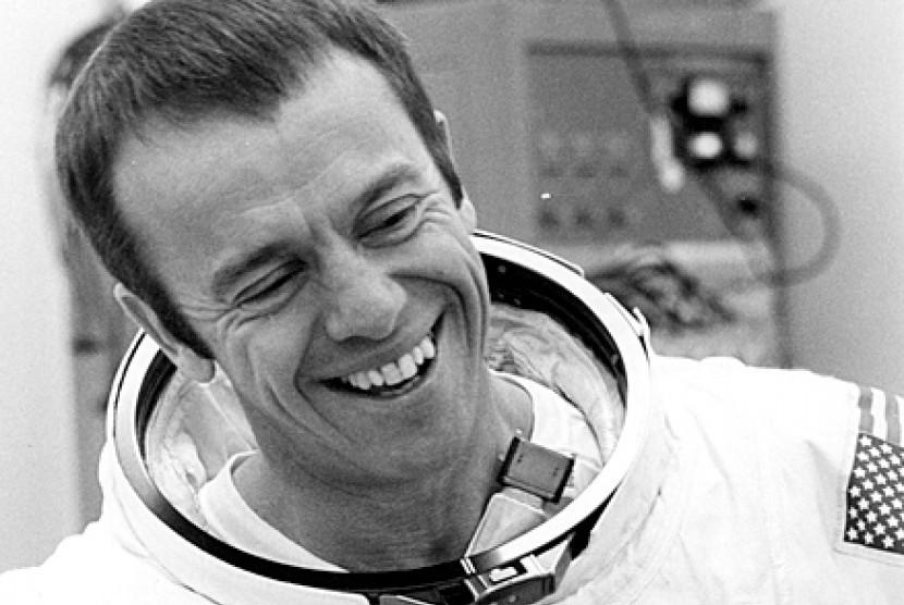 Komandan Angkatan Laut Alan Bartlett Shepard Jr diluncurkan ke luar angkasa. Menaiki kapsul ruang angkasa Freedom 7, Shepard menjadi astronaut pertama Amerika yang melakukan perjalanan ke luar angkasa, 5 Mei 1961.