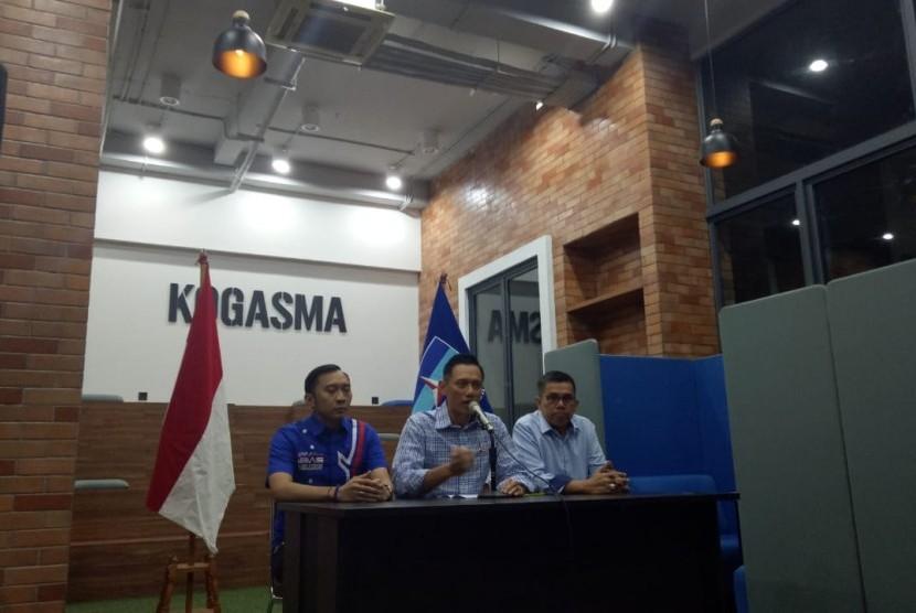 Komandan Komando Satuan Tugas Bersama (Kogasma) Agus Harimurti Yudhoyono (AHY) bersama petinggi Partai Demokrat memberikan keterangan resmi, setelah memantau hitung cepat Pemilu 2019 dari berbagai lembaga survei di media televisi, Rabu (17/4).