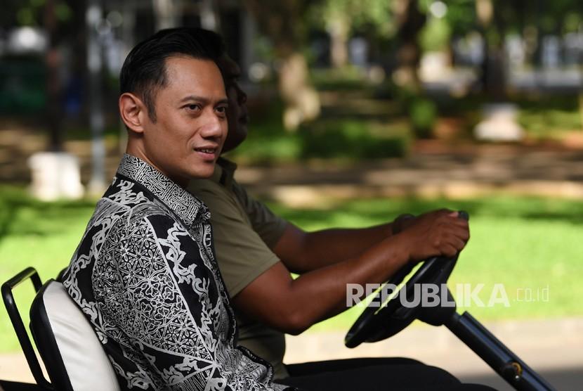 Komandan Komando Satuan Tugas Bersama (Kogasma) Partai Demokrat Agus Harimurti Yudhoyono (AHY) menumpang kendaraan khusus untuk bertemu Presiden Joko Widodo di Istana Merdeka, Jakarta, Kamis (2/5/2019).