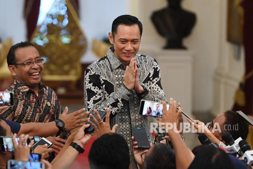 Komandan Komando Satuan Tugas Bersama (Kogasma) Partai Demokrat Agus Harimurti Yudhoyono (AHY) (kanan) didampingi Mensesneg Pratikno (kiri) memberikan salam kepada wartawan usai bertemu Presiden Joko Widodo di Istana Merdeka, Jakarta, Kamis (2/5/2019).