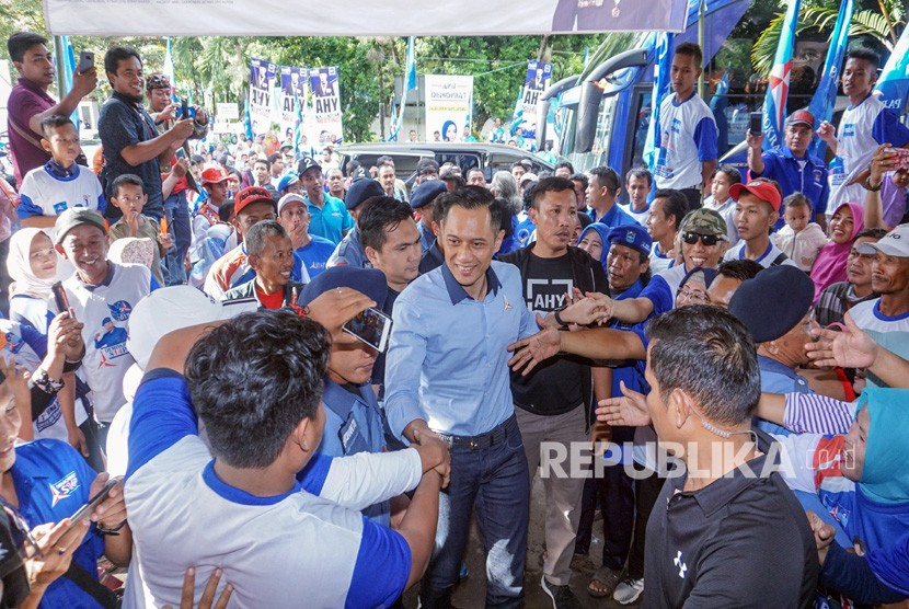 Komandan Komando Tugas Bersama (Kogasma) Partai Demokrat Agus Harimurti Yudhoyono (AHY) (tengah) menyapa warga saat kunjungan dengan sejumlah Caleg Partai Demokrat bersama simpatisan di Kabupaten Pekalongan, Jawa Tengah, Selasa (2/4/2019).