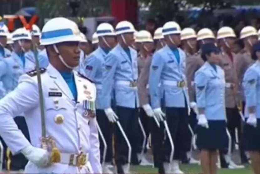 Komandan Pangkalan TNI Angkatan Laut (Danlanal) Yogyakarta, Kolonel Laut (P) Arya Delano saat memimpin upacara penurunan bendera di Istana Merdeka, Kompleks Istana Kepresidenan Jakarta, Jumat (17/8).