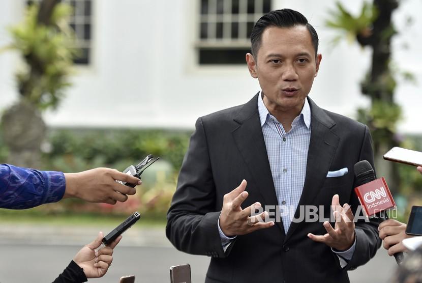 Komandan Satuan Bersama (Kogasma) Partai Demokrat untuk Pilkada 2018 dan Pemilu 2019, Agus Harimurti Yudhoyono (AHY) menyampaikan keterangan kepada wartawan usai bertemu dengan Presiden Joko Widodo di Kompleks Istana Kepresidenan, Jakarta, Selasa (6/3).