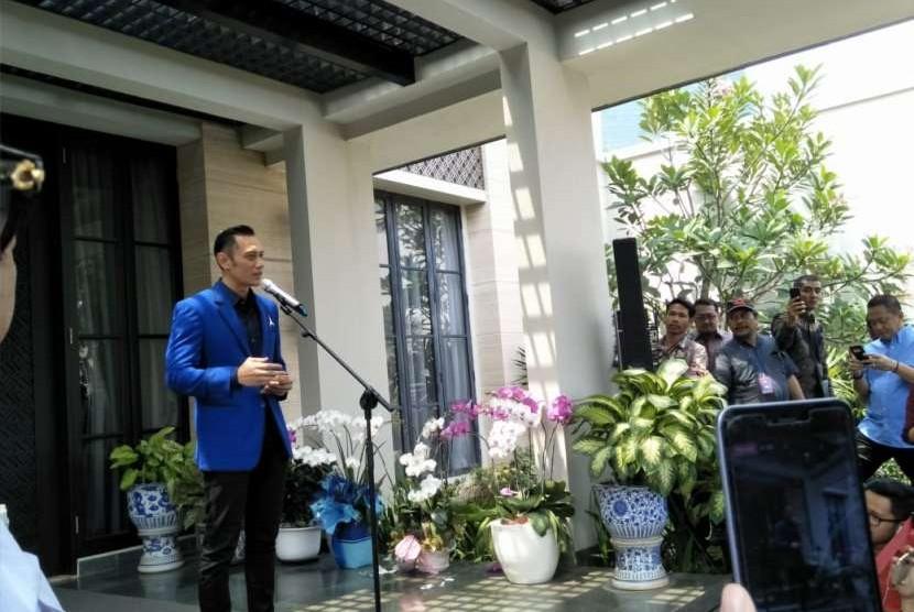 Komandan Satuan Tugas Bersama (Kogasma) Partai Demokrat, Agus Harimurti Yudhoyono (AHY) saat memberi keterangan pers, di kediaman Ketua Umum Demokrat, Susilo Bambang Yudhoyono (SBY), di Mega Kuningan, Jumat (10/8).