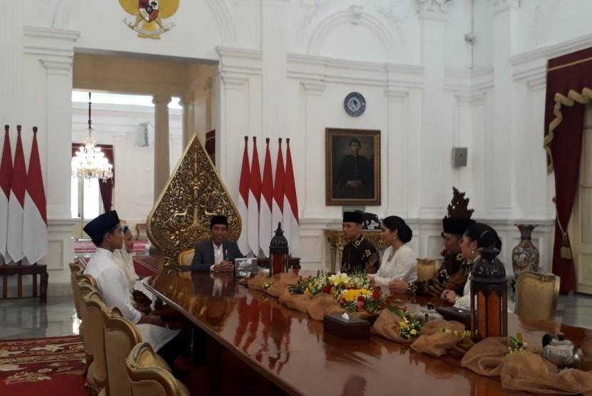 Komandan Satuan Tugas Bersama (Kogasma) Partai Demokrat, Agus Harimurti Yudhoyono (AHY) dan istri beserta adiknya yang juga Ketua Fraksi Partai Demokrat, Edhie Baskoro Yudhoyono dan istrinya halal bi halal ke Presiden Joko Widodo di Istana Negara, Jakarta, Rabu (5/6).
