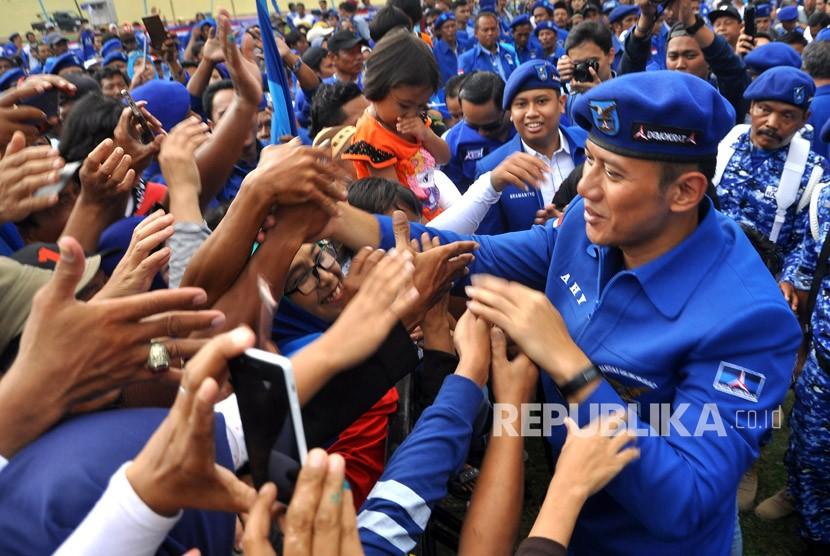 Komandan Satuan Tugas Bersama (Kogasma) untuk Pemilukada 2018 dan Pilpres 2019 Agus Harimurti Yudhoyono (AHY) menyapa pendukungnya