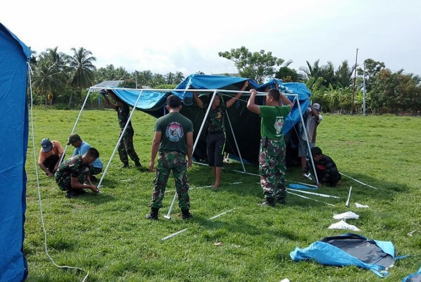 Komando Tugas Gabungan Terpadu (Kogasgabpad) di Sulawesi Tengah (Sulteng) kembali membangun hunian sementara (huntara). Kini para prajurit TNI membangun 100 tenda huntara bantuan dari pemerintah Jepang di Desa Balentuma, Kecamatan Sirenja, Kabupaten Donggala, Sulteng, Rabu (17/10).