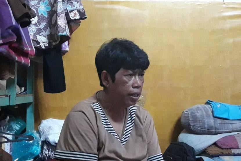 Komariah, ibunda Muhammad Rizki, anak yang meninggal usai mengantre sembako di Monas, Sabtu (28/4) lalu, saat ditemui di rumah kontrakannya, Selasa (8/5).