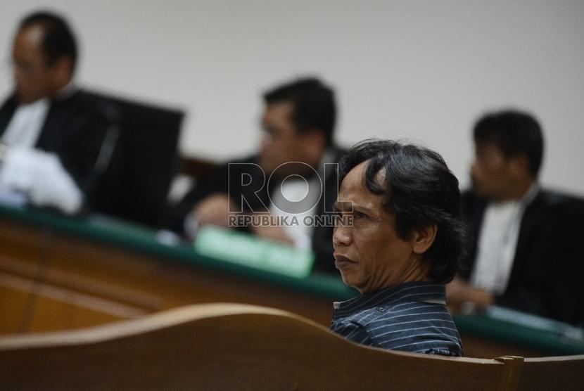 Komedian Betawi yang juga Direktur PT. Viandra Production Mandra Naih, menyimak pembacaan dakwaan saat sidang di Pengadilan Tipikor, Jakarta, Kamis (20/8).