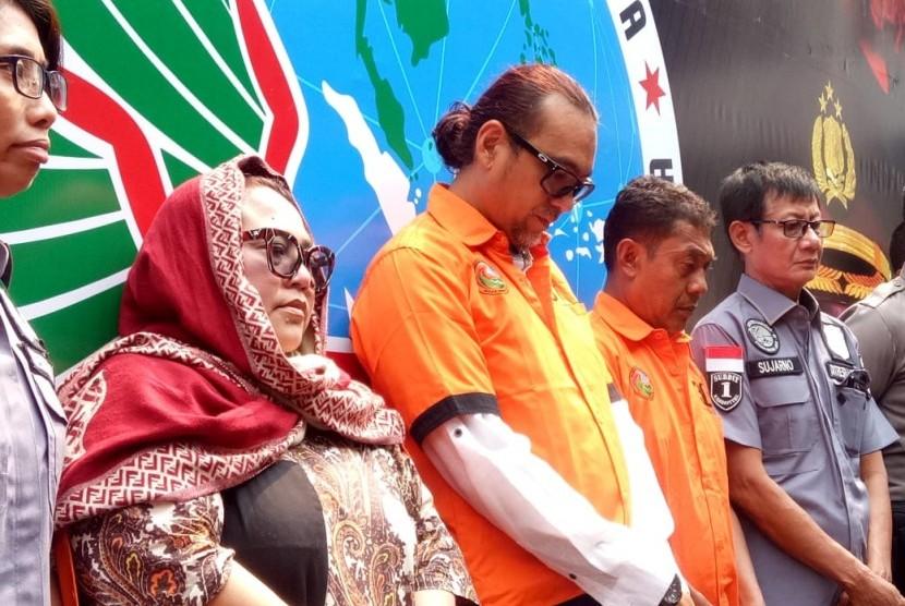 Komedian Tri Retno Prayudati alias Nunung, suaminya July Jan Sambiran, dan kurir narkoba yang mengantarkan sabu untuk Nunung berinisial TB saat konferensi pers menggunakan baju tahanan di Mapolda Metro Jaya, Senin (22/7). Ketiganya ditangkap terkait penyalahgunaan narkotika jenis sabu.