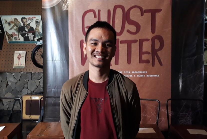 Komedian tunggal Bene Dion Rajagukguk memulai debut penyutradaraan film layar lebar dengan mengarahkan sinema horor komedi Ghost Writer.