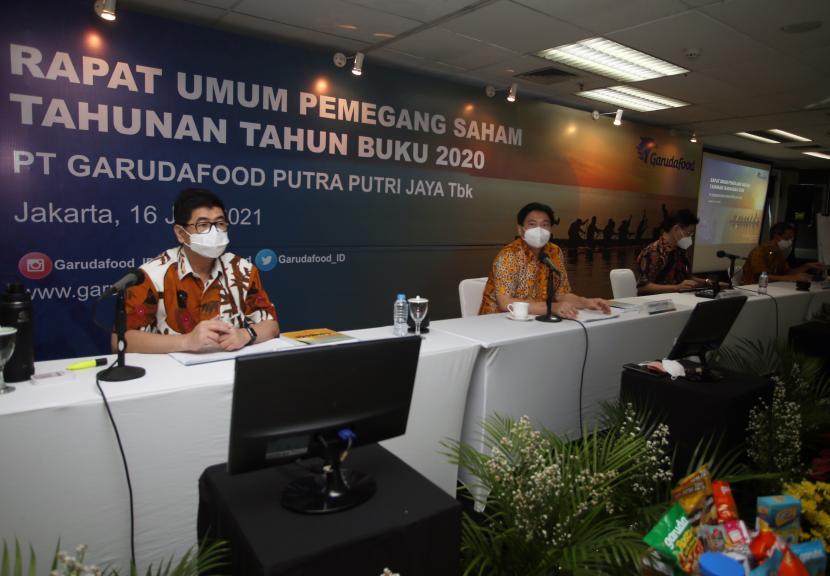 Komisaris PT Garudafood Putra Putri Jaya Tbk Hartono Atmadja (kedua kanan) bersama Direktur Utama Hardianto Atmadja (kedua kiri), Direktur Paulus Tedjosutikno (kanan) dan Direktur Robert Chandra (kiri) menggelar RUPS Tahunan PT Garudafood Putra Putri Jaya Tbk di Bintaro, Jakarta, Rabu (16/6/2021).