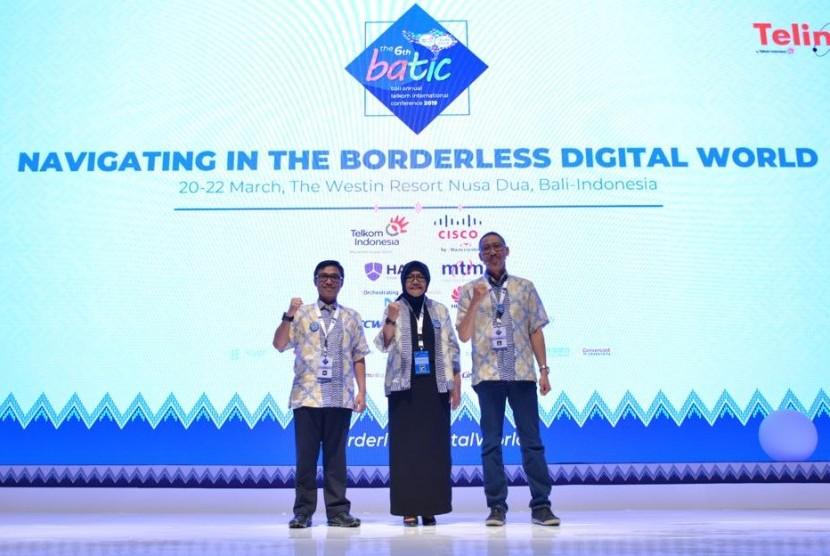 Komisaris Utama Telkom Hendri Saparini (Tengah), Direktur Wholesale and International Services (WINS) Telkom Indonesia Abdus Somad Arief (Kanan), dan CEO Telin Faizal R. Djoemadi usai membuka Bali Annual Telkom International Conference (BATIC) 2019, Rabu (20/9).