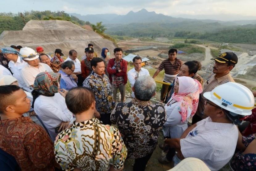 Komisi IV DPR saat meninjau Bendungan Kuningan, Jawa Barat (ilustrasi).