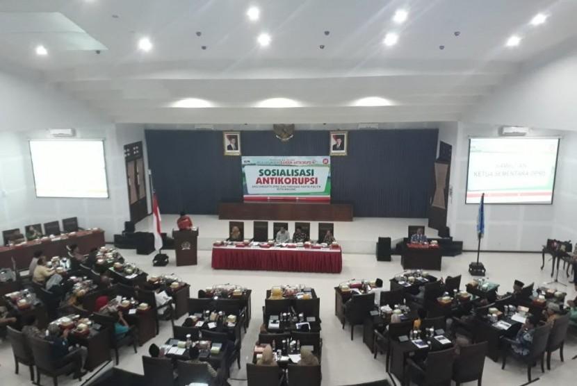 Komisi Pemberantasan Korupsi (KPK) memberikan pembekalan di Gedung DPRD Kota Malang, Jumat (6/9).