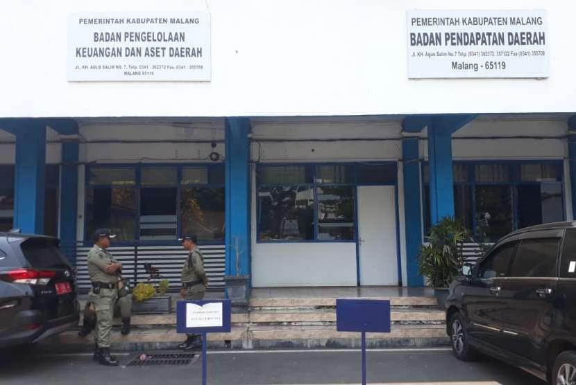 Komisi Pemberantasan Korupsi (KPK) menggeledah Pendopo Kabupaten Malang, Senin malam (8/10).