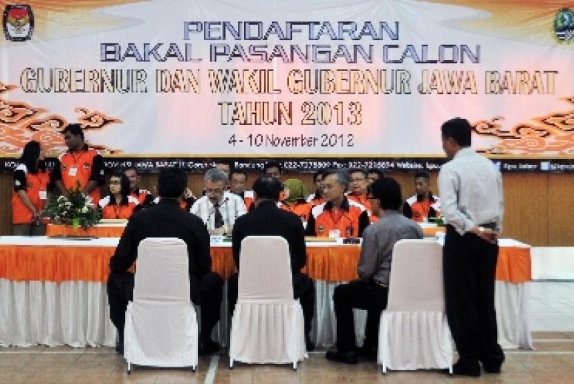 Komisi Pemilihan Umum (KPU) Jabar saat menerima pendaftaran pasangan calon Gubernur dan wakil Gubernur pada Pilgub Jabar mendatang.