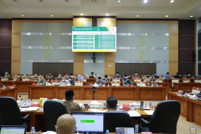 Komisi VIII Dewan Perwakilan Rakyat (DPR) RI mendorong optimalisasi anggaran dari APBN guna memperkuat kelembagaan Badan Amil Zakat Nasional (BAZNAS).   Hal tersebut disampaikan Ketua Komisi VIII DPR RI, Yandri Susanto dalam Rapat Dengar Pendapat (RDP) Komisi VIII DPR RI dengan BAZNAS dan Badan Wakaf Indonesia (BWI) di Gedung DPR, Komplek Parlemen, Jakarta, Senin (13/9).