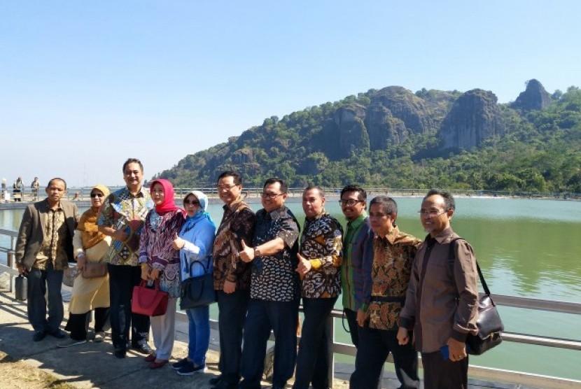 Komisi X saat meninjau objek wisata Gunung Api Purba Nglanggeran, Kab. Gunung Kidul, Yogyakarta, Senin (24/7).