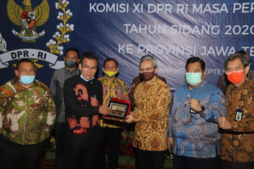 Komisi XI DPR RI secara khusus menaruh perhatian pada program Kementerian Keuangan melalui Bea Cukai dalam mengembangkan Kawasan Industri Hasil Tembakau (KIHT) bersama Pemda dan pihak terkait lainnya.
