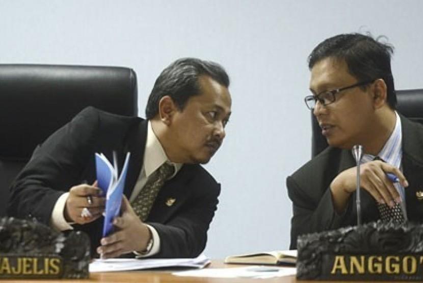 Komisioner Komisi Informasi Pusat (KIP) Yhannu Setyawan (kiri)
