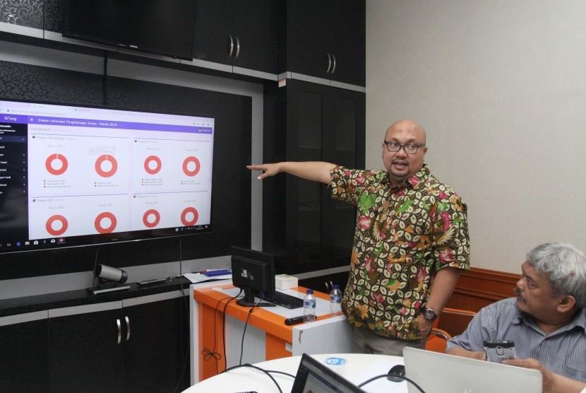 Komisioner Komisi Pemilihan Umum (KPU) Ilham Saputra (kiri) memberikan keterangan kepada wartawan mengenai aplikasi Sistem Informasi Penghitungan Suara (Situng) Pemilu 2019 di Kantor KPU, Jakarta, Rabu (20/3/2019).