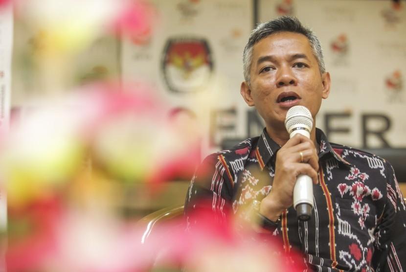 Komisioner Komisi Pemilihan Umum (KPU) Wahyu Setiawan memberikan pemaparan kepada media pada acara diskusi bertajuk Ngopi-Ngopi Yukk.. Ngobrolin Pemilu di gedung KPU, Jakarta, Selasa (30/10/2018).