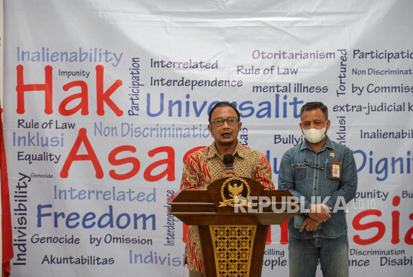 Komisioner Komnas HAM Choirul Anam (kiri) menyampaikan keterangan pers terkait pemeriksaan pimpinan KPK di Gedung Komnas HAM, Jakarta, Selasa (15/6). Dalam keterangannya Komnas HAM akan melakukan penjadwalan ulang terkait pemeriksaan terhadap pimpinan KPK pada Kamis 17 Juni mendatang untuk memberikan penjelasan mengenai dugaan pelanggaran HAM pada penyelenggaraan Tes Wawasan Kebangsaan KPK dalam proses alih status menjadi Aparatur Sipil Negara (ASN).
