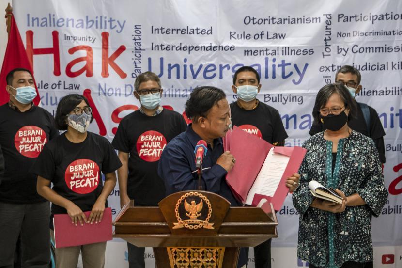 Komisioner Komnas HAM Mohammad Choirul Anam (tengah) menunjukkan berkas pengaduan 75 pegawai KPK yang dinyatakan tidak lolos Tes Wawasan Kebangsaan (TWK) pada awak media usai audiensi di Kantor Komnas HAM di Jakarta, Senin (24/5/2021). Perwakilan 75 pegawai KPK yang dinyatakan tidak lolos TWK dengan didampingi beberapa lembaga hukum melakukan pengaduan terkait dugaan pelanggaran HAM pada asesmen TWK.