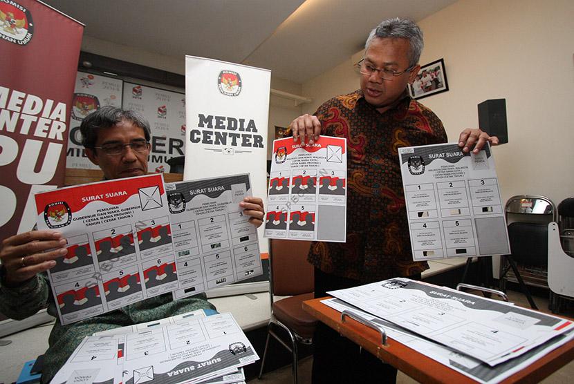 Komisioner KPU Arief Budiman (kanan) dan Hadar Nafis Gumay (kiri) menunjukkan contoh surat suara dan template dengan huruf Braile untuk penyandang disabilitas di Gedung KPU, Jakarta, Rabu (4/1).